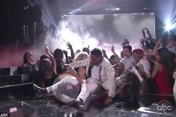 Miguel leg drop at Billboard Music Awards