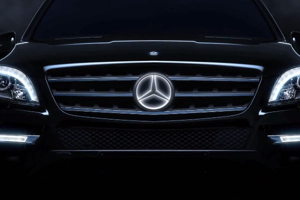 Mercedes benz introduces new option the illuminated star for Mercedes benz illuminated star