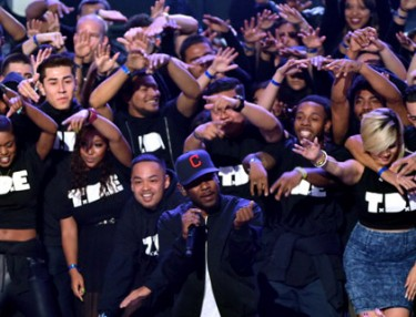 Kendrick Lamar Covers 'California Love' At iHeartRadio Music Awards