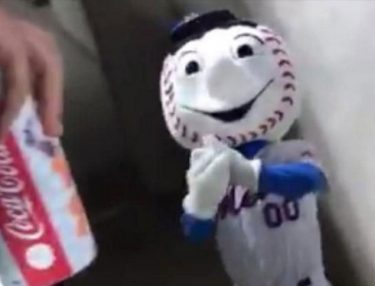 Mr. Met flips the bird